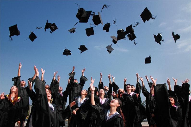 Etudiants célébrant la remise de diplômes